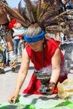Kobieta wykonuje tradycyjnego Majskiego rytuał Zdjęcia Royalty Free