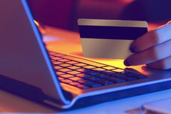 Kobieta wykonuje transakcje z internetem zdjęcia stock