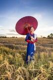 Kobieta wykonuje typowego Tajlandzkiego tana zdjęcie royalty free