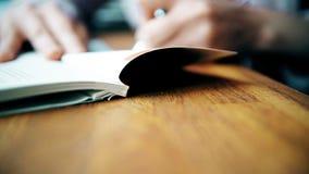 Kobieta wypełnia kratki książkę z fontanny piórem od prawej do lewej zdjęcie wideo