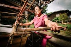 Kobieta wyplata tkaninę obraz stock