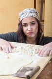 Kobieta wyraża koncern o jej przygotowaniu handmade makaron fotografia royalty free