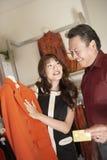 Kobieta Wystawia Czerwonego żakiet klient Zdjęcia Royalty Free