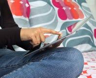 Kobieta wyszukuje intenet na pastylka komputerze Obrazy Royalty Free