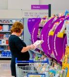 Kobieta wyszukuje magazyny obraz stock