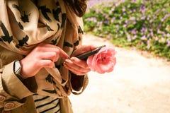 Kobieta wyszukuje na smartphone Obrazy Royalty Free