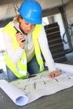 Kobieta inżynier patrzeje projekt Obraz Stock