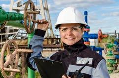 Kobieta inżynier w polu naftowym Zdjęcie Royalty Free