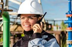 Kobieta inżynier w polu naftowym Zdjęcia Royalty Free