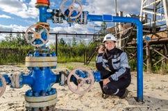 Kobieta inżynier w polu naftowym Obraz Stock