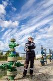 Kobieta inżynier w polu naftowym Obrazy Stock