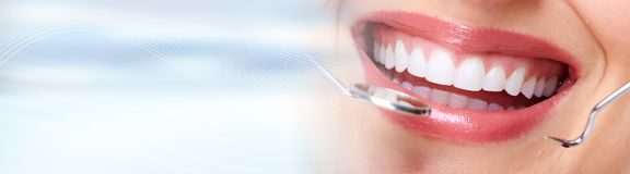 Kobieta zęby z stomatologicznymi instrumentami fotografia stock