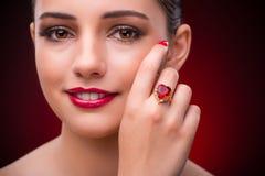 Kobieta z ładnym pierścionkiem w piękna pojęciu Obrazy Royalty Free