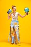 Kobieta z światową mapą i kulami ziemskimi Fotografia Royalty Free