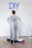 Kobieta z świeżą malującą ścianą obrazy royalty free