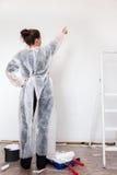Kobieta z świeżą malującą ścianą zdjęcie stock
