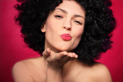 Kobieta z afro dmuchaniem buziak Fotografia Stock