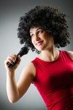 Kobieta z afro fryzura śpiewem w karaoke Fotografia Stock