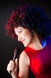 Kobieta z afro fryzura śpiewem w karaoke Zdjęcie Stock