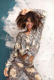 Kobieta z afro fryzury i splendoru makeup zdjęcia stock