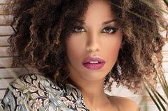 Kobieta z afro fryzury i splendoru makeup obraz stock