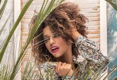 Kobieta z afro fryzury i splendoru makeup obraz royalty free