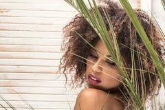Kobieta z afro fryzury i splendoru makeup fotografia royalty free