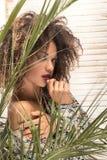 Kobieta z afro fryzury i splendoru makeup obrazy royalty free