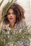 Kobieta z afro fryzury i splendoru makeup zdjęcie royalty free