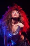 Kobieta z afro ostrzyżeniem jest dancingowym dyskoteką Zdjęcie Royalty Free