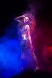 Kobieta z afro ostrzyżeniem jest dancingowym dyskoteką Obrazy Royalty Free