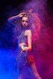 Kobieta z afro ostrzyżeniem jest dancingowym dyskoteką Fotografia Stock
