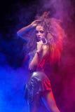 Kobieta z afro ostrzyżeniem jest dancingowym dyskoteką Zdjęcie Stock