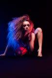 Kobieta z afro ostrzyżeniem jest dancingowym dyskoteką Obrazy Stock