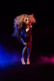 Kobieta z afro ostrzyżeniem jest dancingowym dyskoteką Zdjęcia Royalty Free