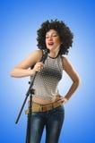 Kobieta z afro ostrzyżeniem na bielu Fotografia Stock