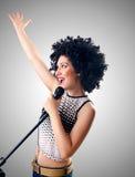 Kobieta z afro ostrzyżeniem przeciw gradientowi Zdjęcie Stock