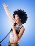 Kobieta z afro ostrzyżeniem przeciw gradientowi Zdjęcia Royalty Free