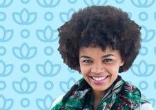 Kobieta z afro przeciw błękitnemu kwiecistemu wzorowi Zdjęcie Royalty Free