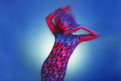 Kobieta z afro włosianym tanem elektroniczna muzyka z rocznikiem c Zdjęcie Royalty Free