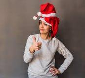 Kobieta z afro włosy w drzewnych Santa kapeluszach pokazuje kciuk up Obrazy Royalty Free