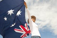 Kobieta z akubra kapeluszem i australijczyk flaga fotografia royalty free