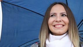 Kobieta z błękitnym parasolowym dmuchaniem buziak miłości ręki znaka mrugać i gest zbiory wideo