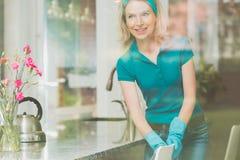 Kobieta z błękitnym zespołem na głowie obrazy stock