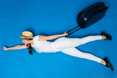 Kobieta z bagażem w rękach lata nowa podróż na błękitnym tle Kobiety komarnica nowa płaska wycieczka przygoda nowa Zdjęcia Royalty Free