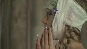 Kobieta z bandażować kierownicze pokrywy jej twarz zbiory