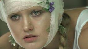 Kobieta z bandażującą głową płacze zbiory wideo