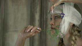 Kobieta z bandażujący kierowniczy chwytów nożyce przed ona kierownicza zdjęcie wideo