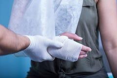 Kobieta z bandażującą ręką Obrazy Royalty Free