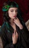 Kobieta Z Barwionym włosy i Pawią Włosianą klamerką obrazy royalty free
